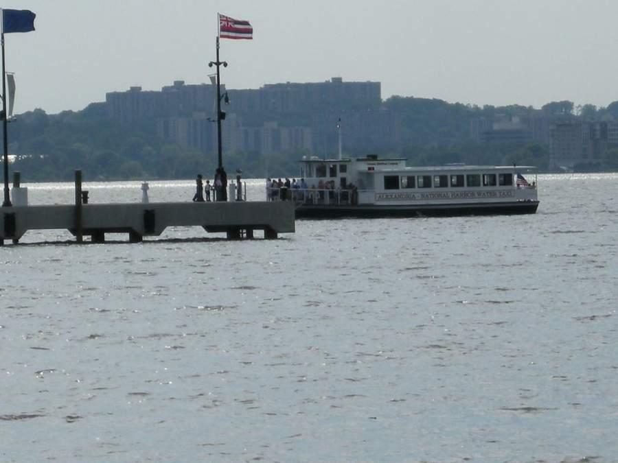 Taxi acuático que conecta National Harbor con el muelle de Alexandria