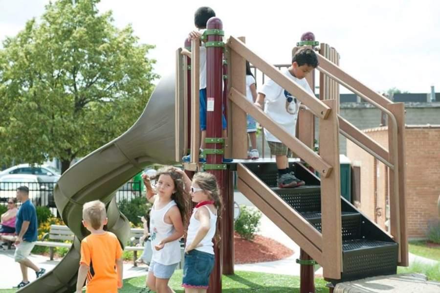 En el parque Dooley Memorial de Schiller Park hay área de juegos infantiles