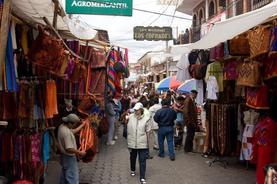 Compra una gran variedad de artesanías en Chichicastenango
