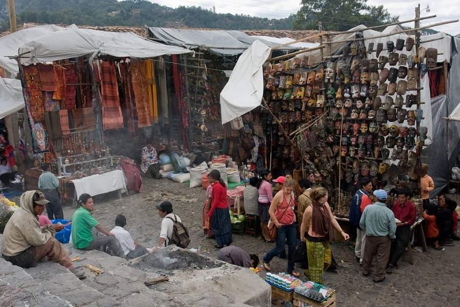 Encuentra todo tipo de artículos típicos en los puestos de Chichicastenango