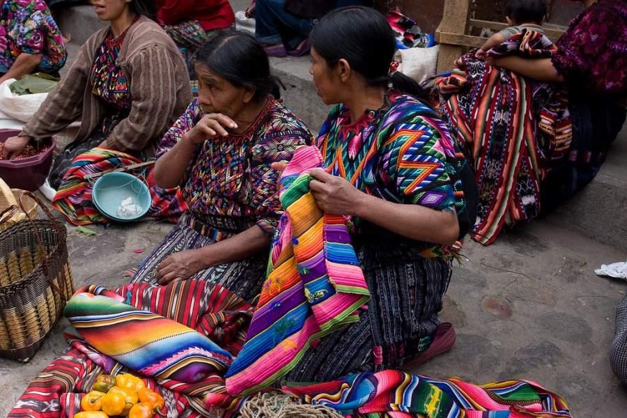 Las mujeres de Chichicastenango realizan las artesanías que venden
