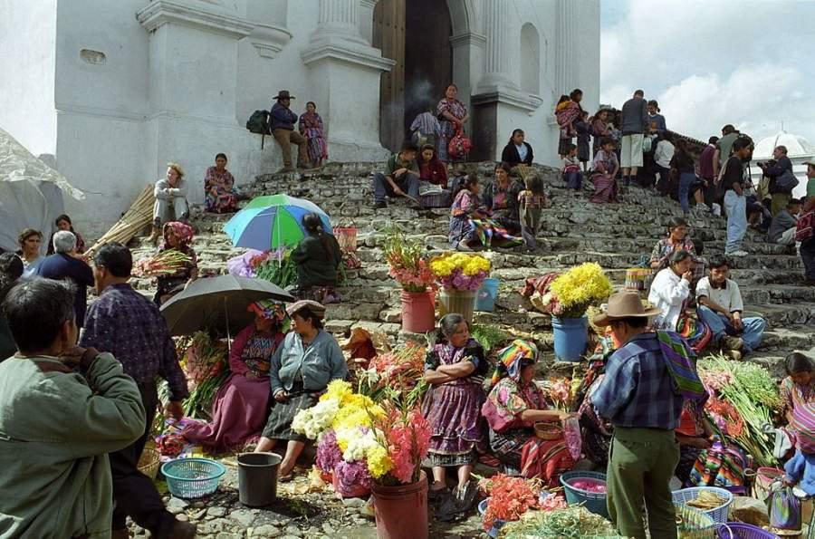 Mercado a las afueras de la iglesia de Santo Tomás en Chichicastenango