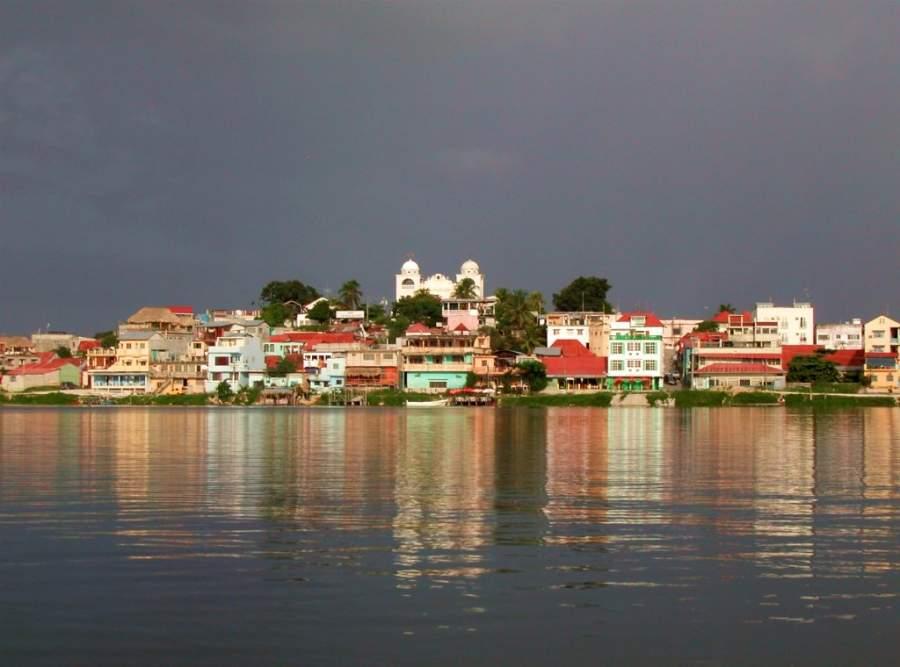 La ciudad de Flores ocupa una pequeña isla que lleva el mismo nombre