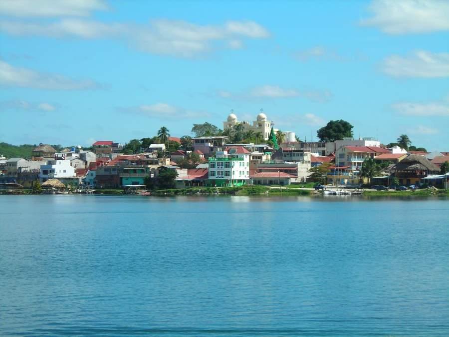 La isla de Flores se ubica en el lago Petén Itzá
