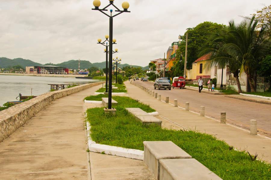 Malecón en la ciudad de Flores, Guatemala