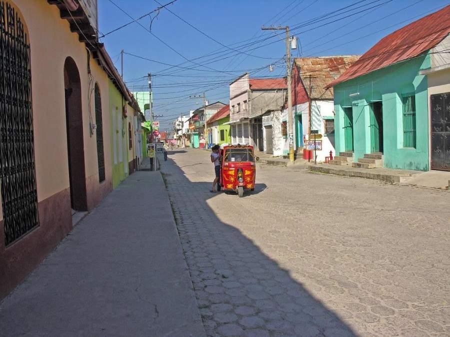Calle y construcciones con techos rojos en Flores