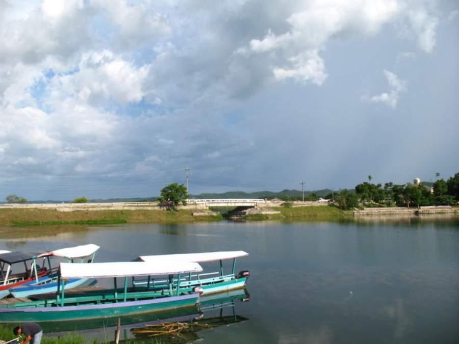 Santa Elena se une con la isla de Flores por un camino que cruza el lago