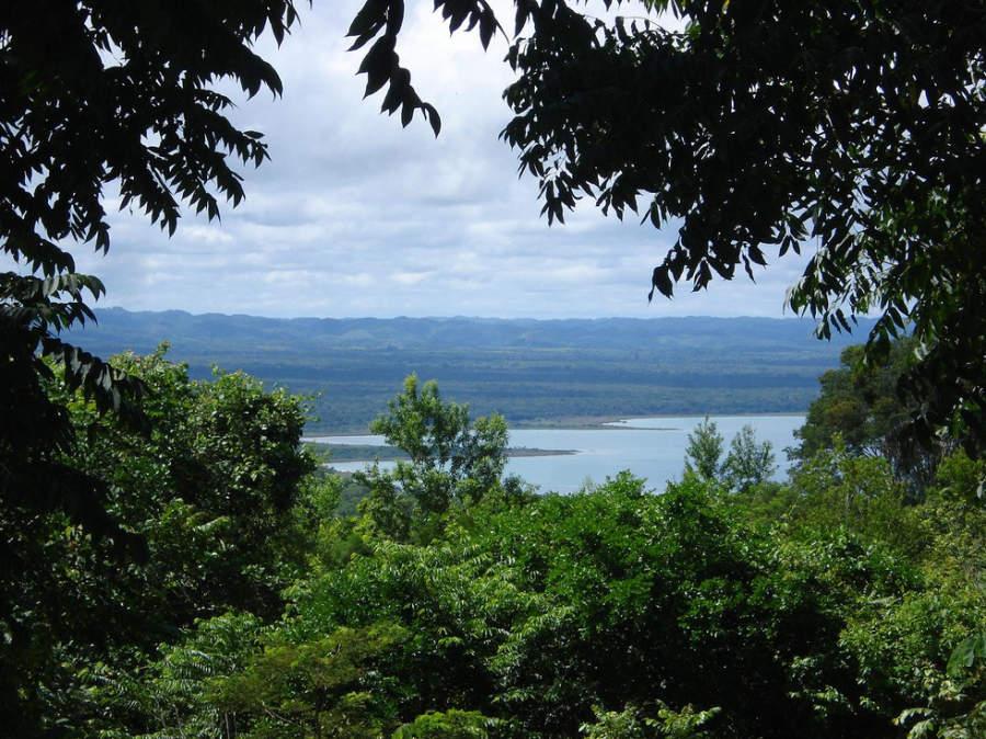 Vista del lago Petén Itzá junto a la comunidad de Santa Elena