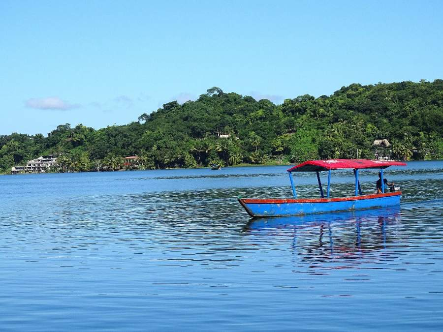 La comunidad de Santa Elena se ubica en la ribera del lago Petén Itzá