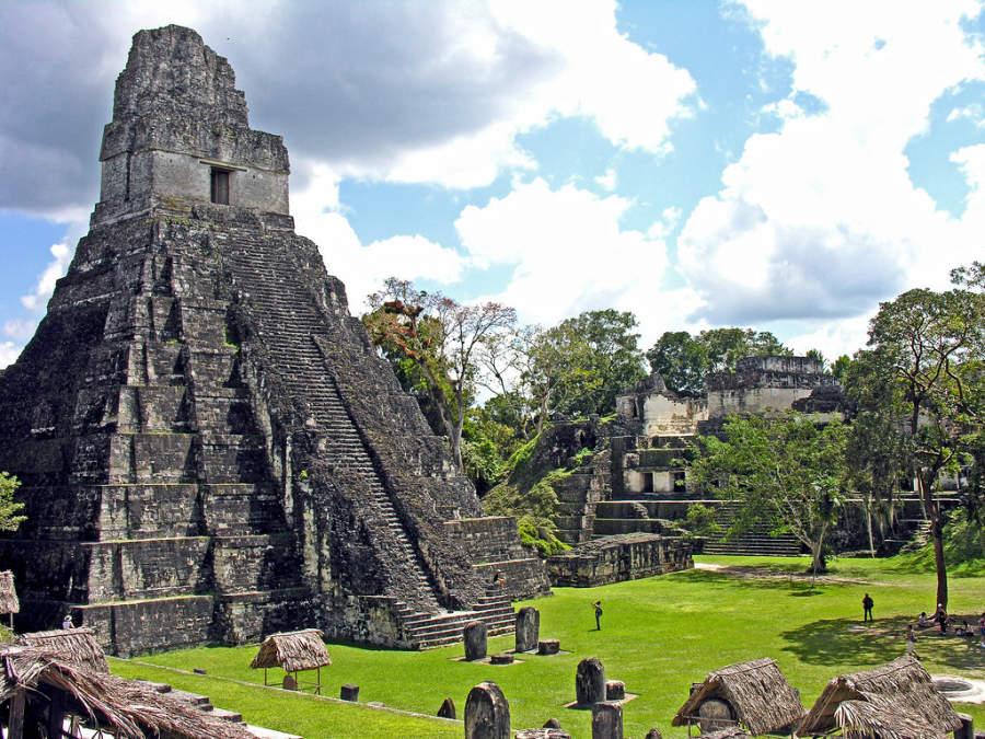 El sitio arqueológico de Tikal se encuentra cerca de la comunidad de Santa Elena