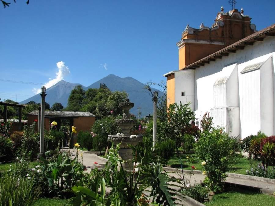 Jardín Plaza Domingo Zamora junto a la iglesia de San Pedro Las Huertas