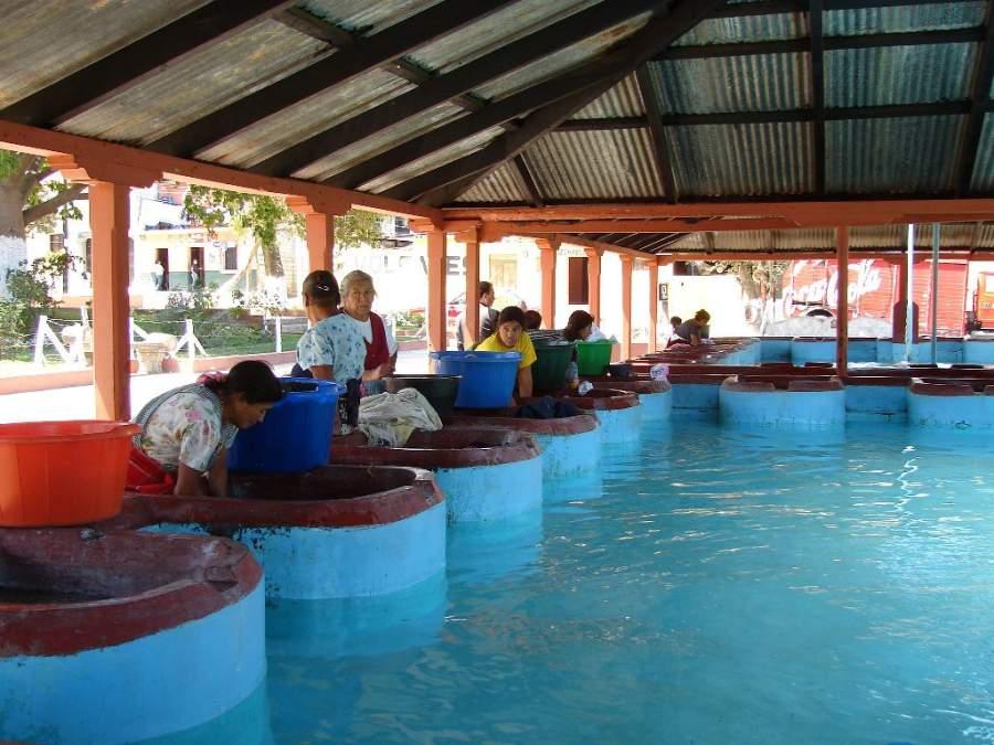 Pobladores de San Pedro Las Huertas en un lavadero comunal