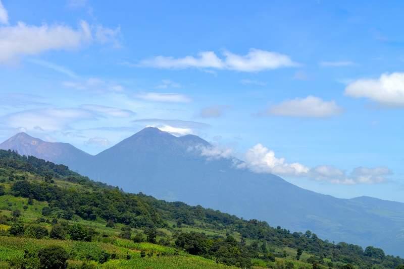 Volcanes de Fuego y Acatenango cerca de Alotenango