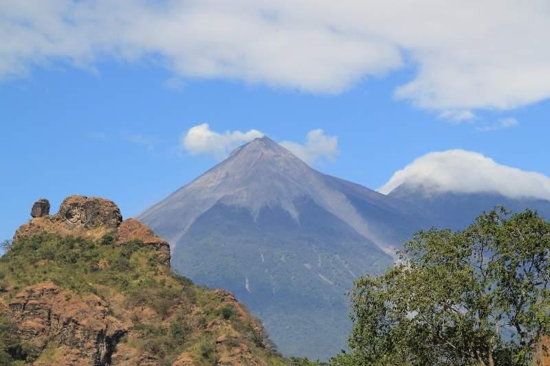 Volcán de Fuego a corta distancia de la comunidad de Alotenango