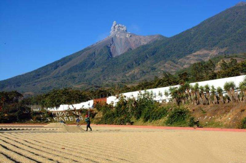 Vista de un volcán desde la comunidad de Alotenango