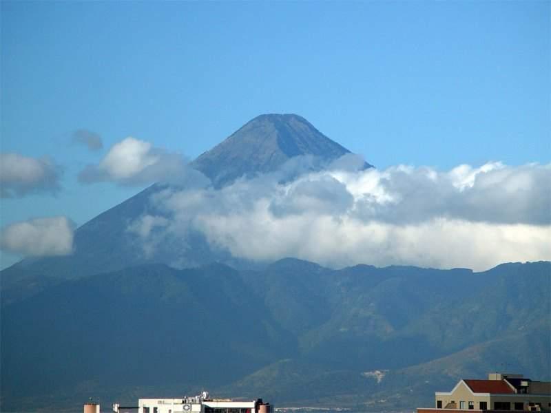 Volcán de Agua ubicado junto a la comunidad de Alotenango