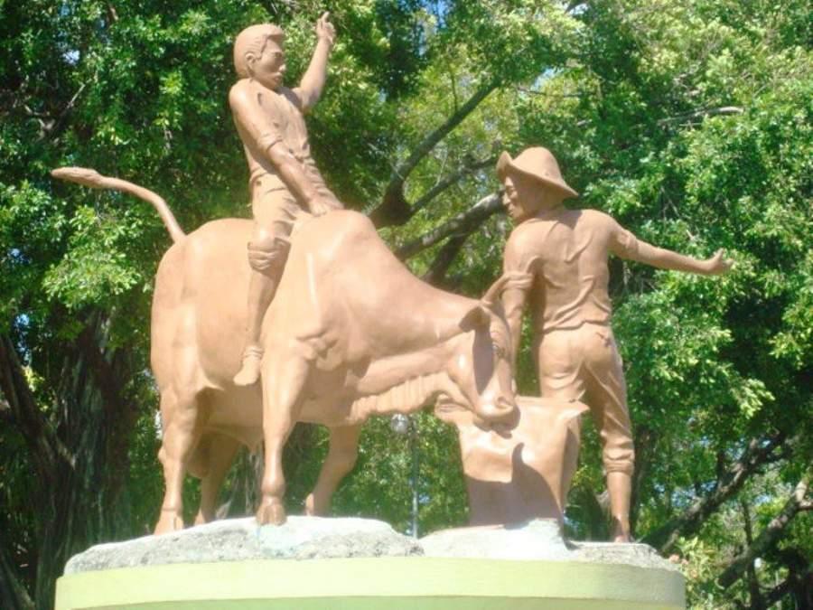 Monumento al montador y al baquetero guanacasteco en Santa Cruz
