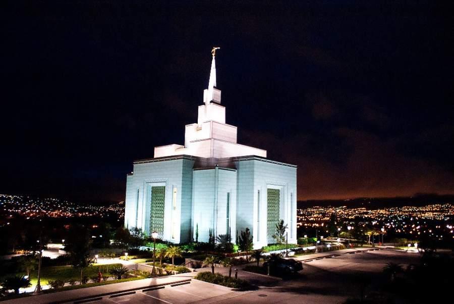 Iglesia de Jesucristo de Los Santos al anochecer en Tegucigalpa