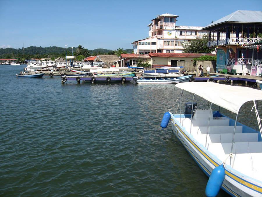 A Livingston se llega solo por vía marítima, desde Puerto Barrios o Río Dulce