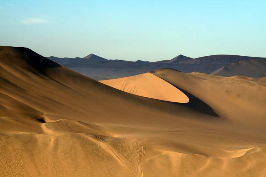 Toma una foto del paisaje desértico en la zona de Nazca