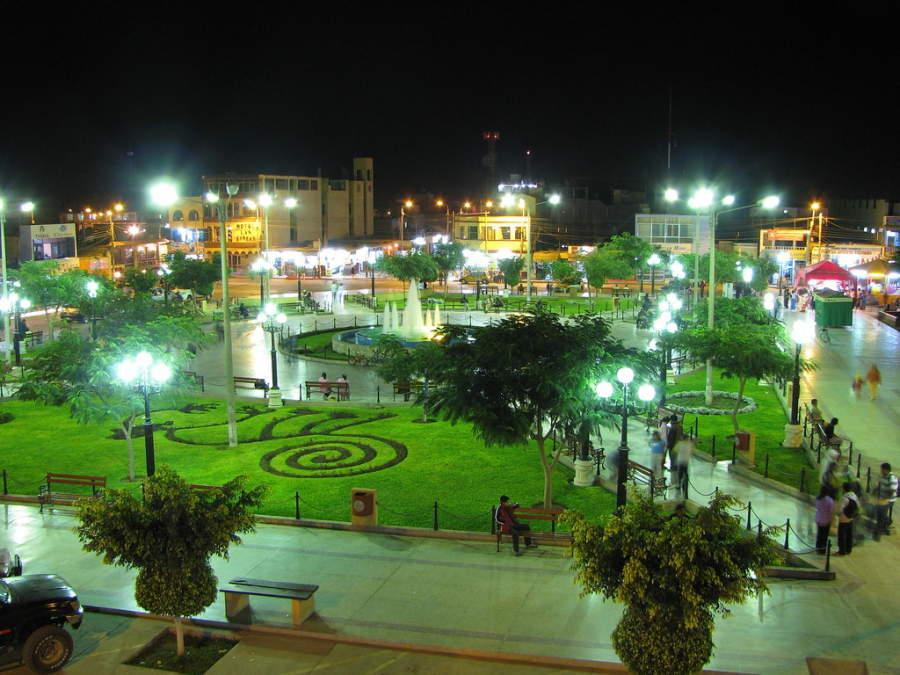 Vista nocturna del jardín de la plaza principal en Nazca