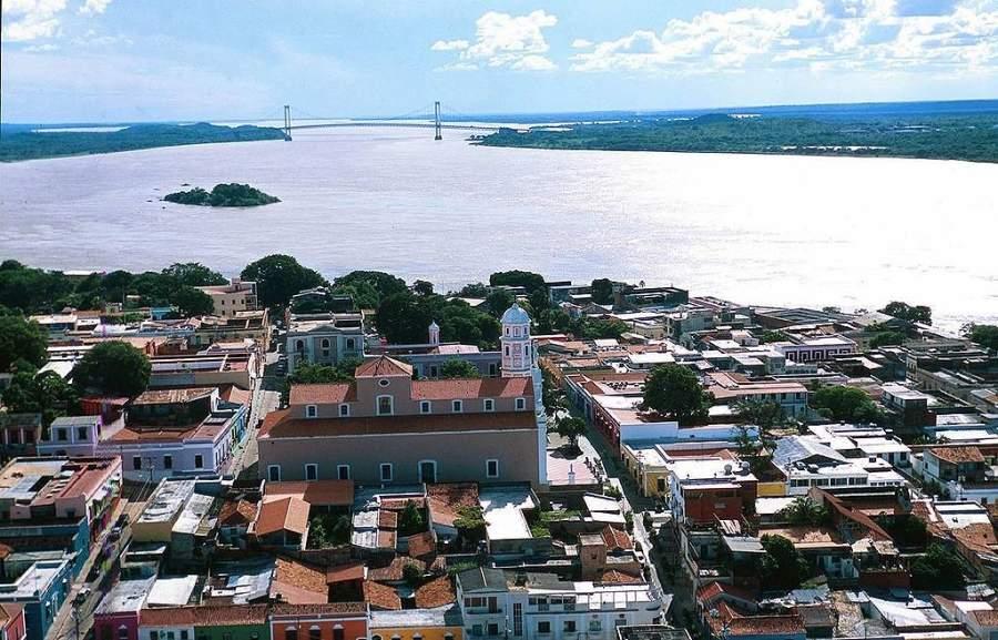 Vista aérea de Ciudad Bolívar y el río Orinoco