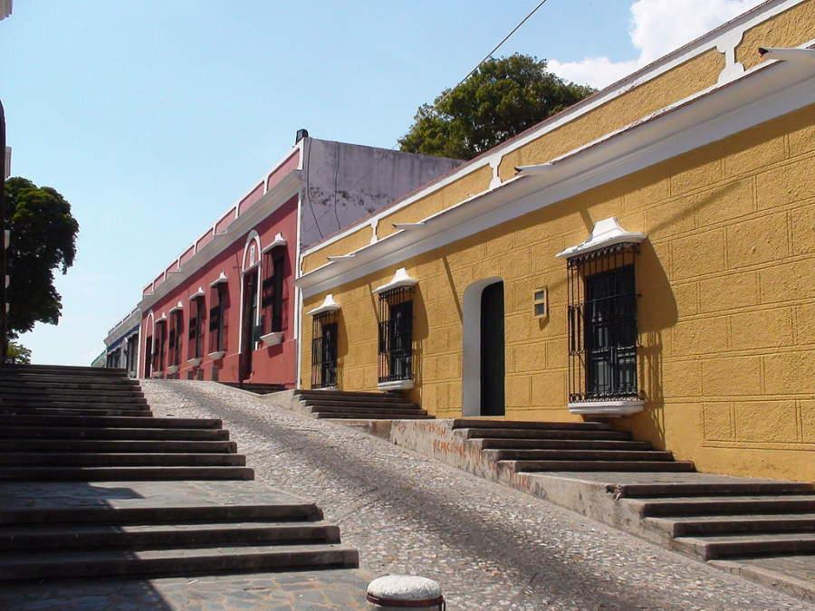 Escaleras en una calle del centro histórico de Ciudad Bolívar