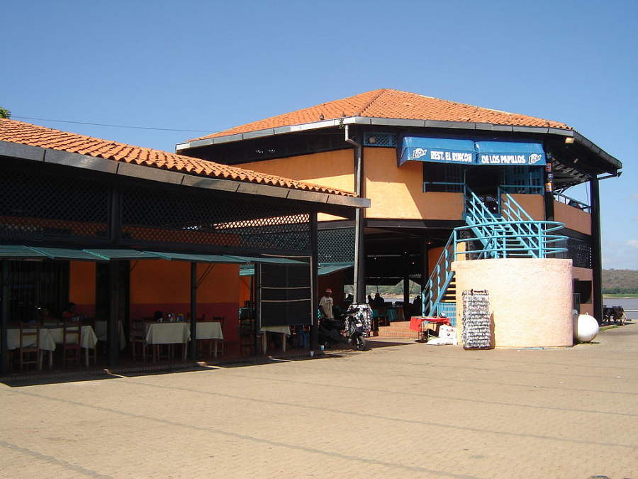 Vista exterior del Mercado La Carioca en Ciudad Bolívar