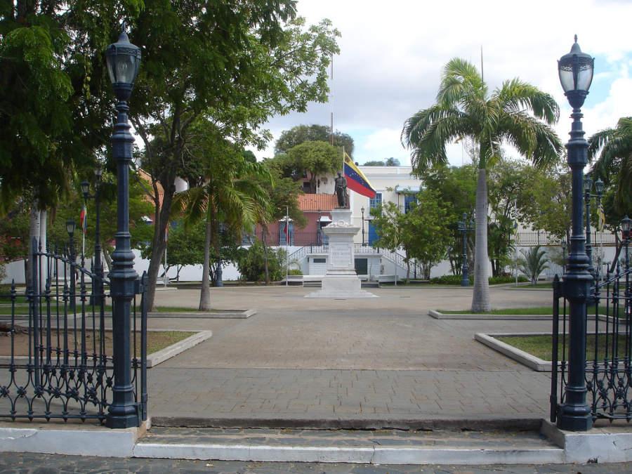 Plaza Bolívar en el centro histórico de Ciudad Bolívar