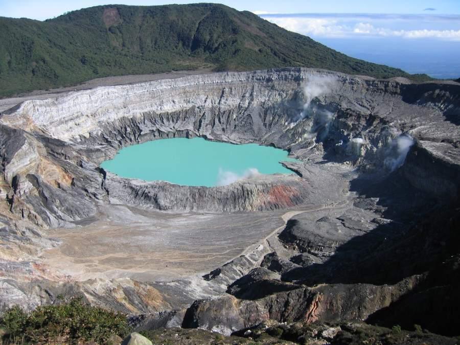 Vista panorámica de un cráter del volcán Poás cerca de Poasito