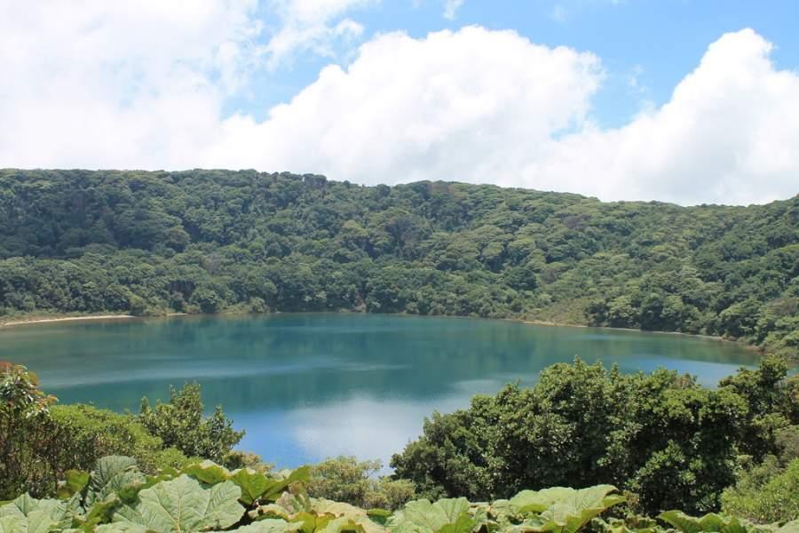 Laguna Botos en la cima del volcán Poás cerca de Poasito