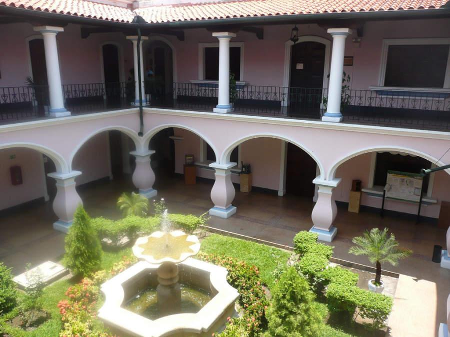 Atrio interior del Instituto Arnoldo Gabaldón en la ciudad de Maracay