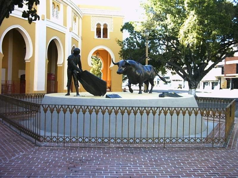 Estatua dedicada a la tauromaquia en la Plaza de Toros Mestranza César Girón