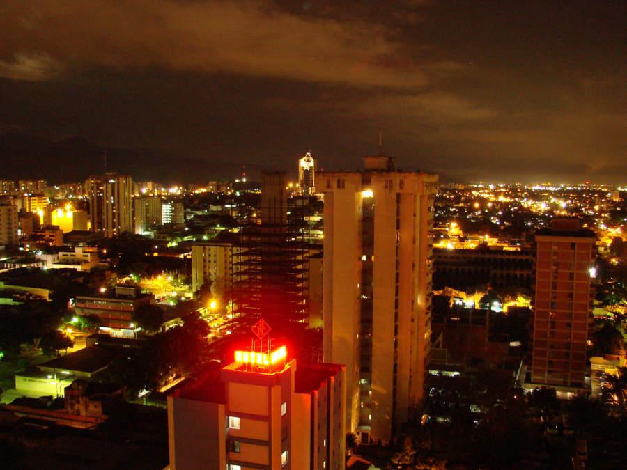 Paisaje urbano de Maracay al anochecer