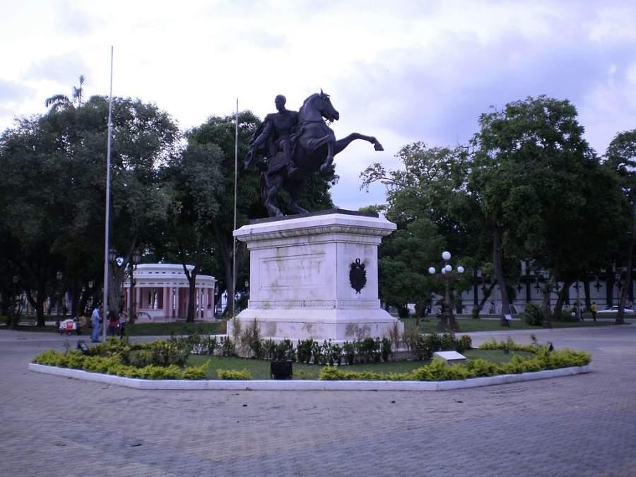 Estatua ecuestre de Simón Bolívar en Plaza Bolívar