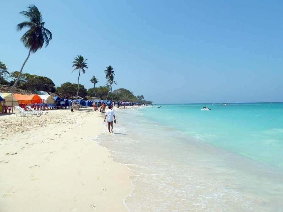 Disfruta del paisaje y los colores del mar en la playa Blanca en Isla Barú