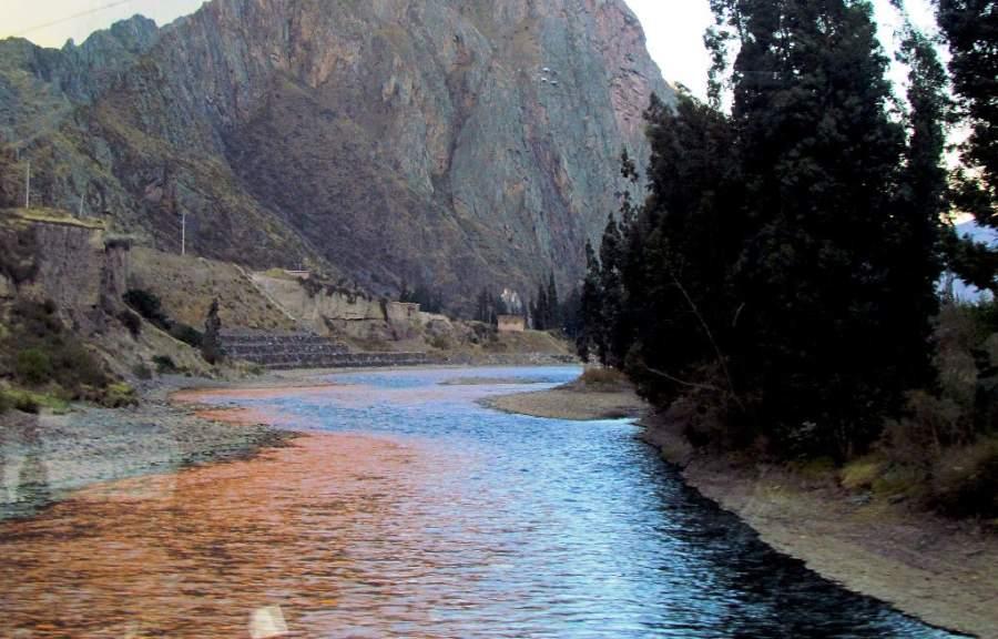 Río Urubamba en la ciudad de Urubamba, Cuzco