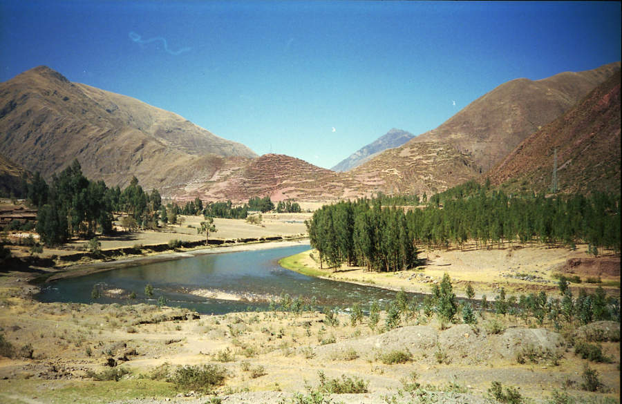 Vista del río Urubamba y los nevados Chicón y Pumahuanca