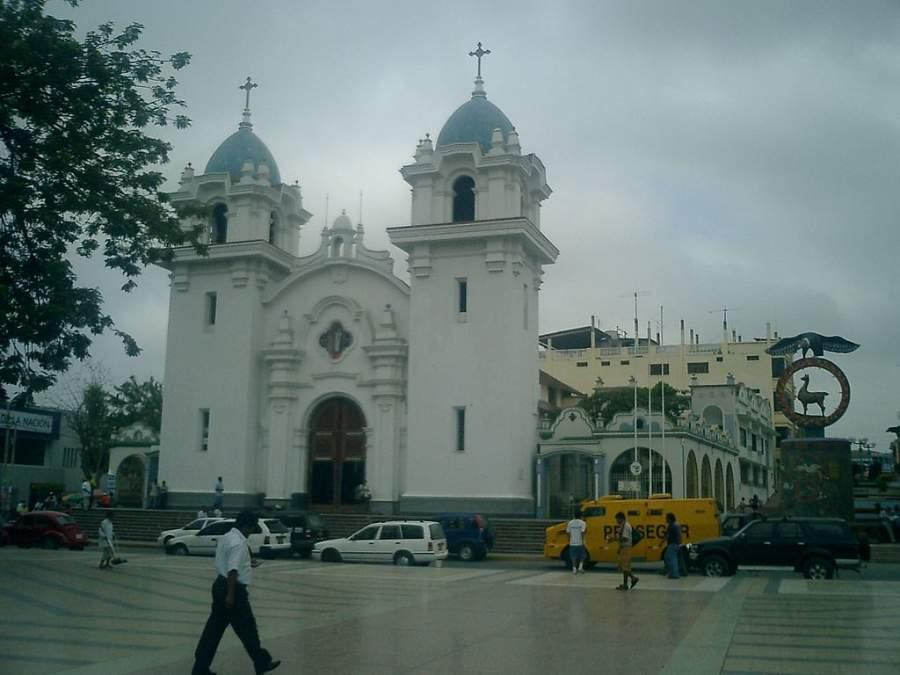 Catedral de Tumbes en los alrededores de la Plaza de Armas