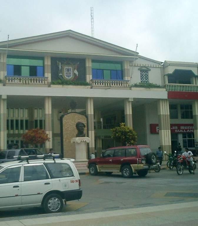 Vista exterior del edificio de la Municipalidad de Tumbes