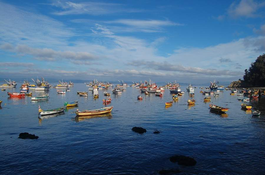 Embarcaciones en la caleta La Cruz en Tumbes