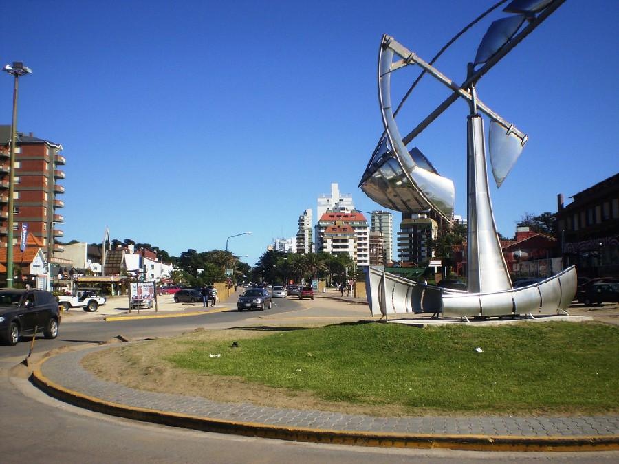 Glorieta en la costanera de Pinamar