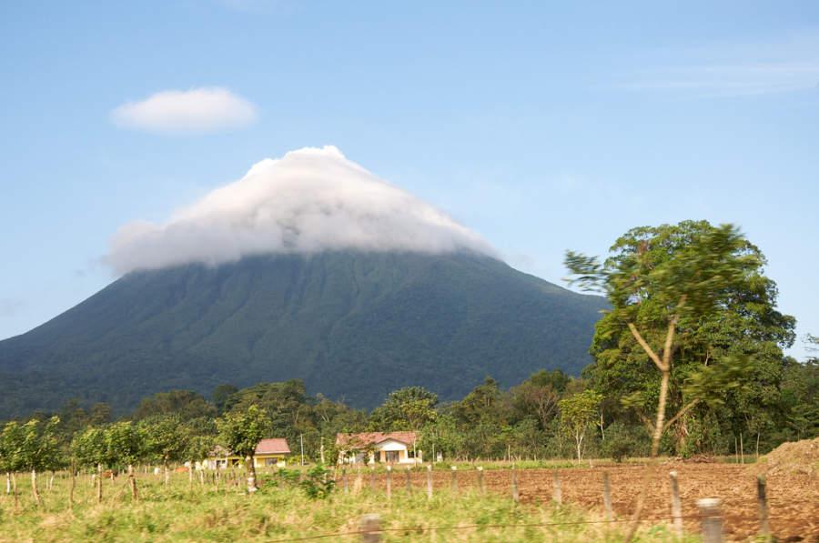 Admira el volcán más activo del país desde Nuevo Arenal, Alajuela