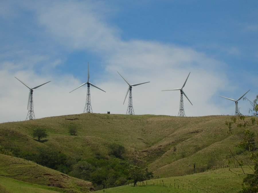 Generadores eólicos cerca del lago Arenal en Costa Rica