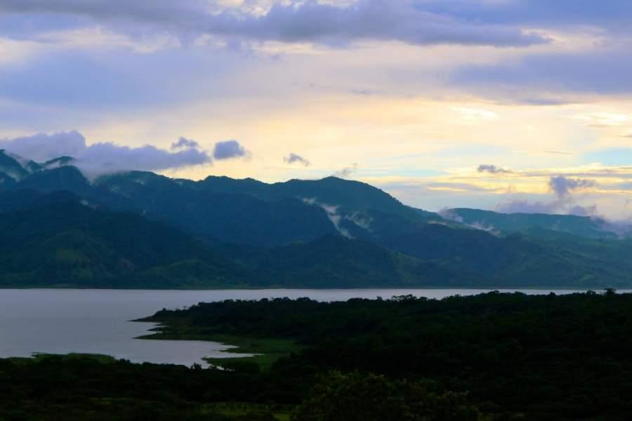 Paisaje del lago en Nuevo Arenal, Costa Rica