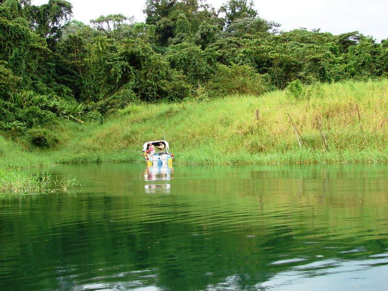 En el lago Arenal se practica la pesca