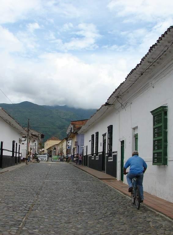 Avenida típica en Santa Fe de Antioquia, Colombia