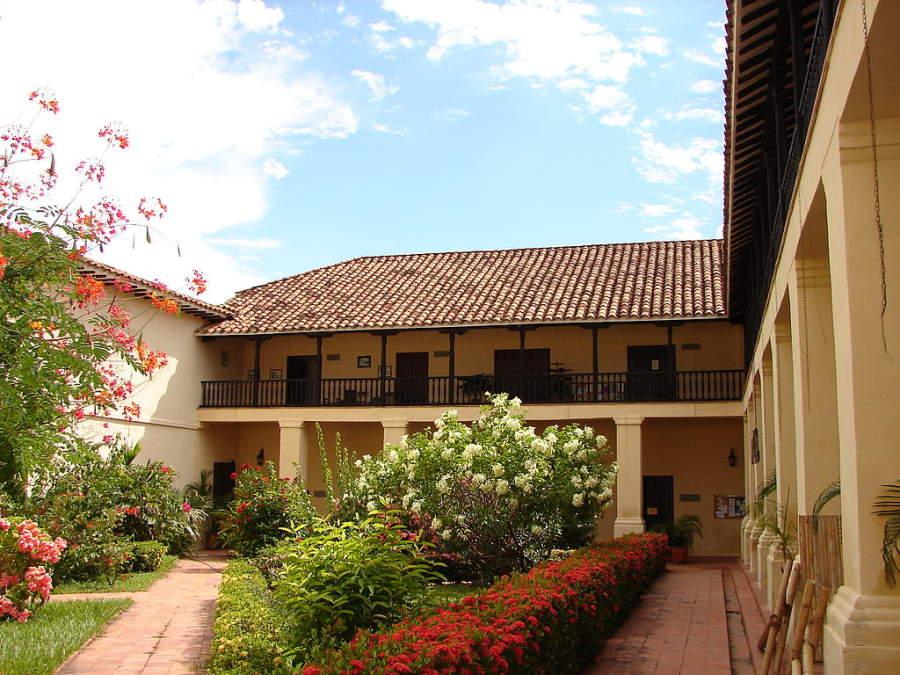 Toma la foto del jardín en la Alcaldía Municipal en Santa Fe de Antioquia