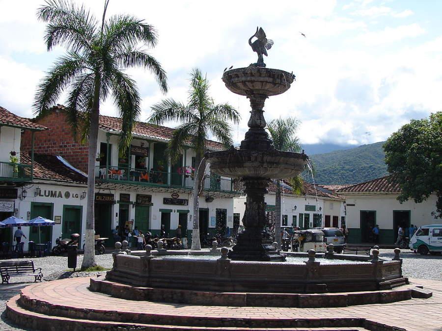 Camina por la plaza principal de Santa Fe de Antioquia