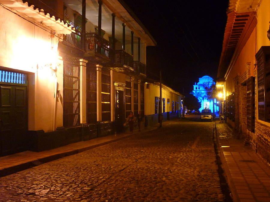 Vista nocturna del sector antiguo de Santa Fe de Antioquia